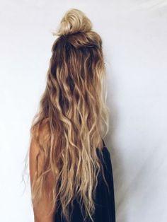Le half bun porté sur cheveux blonds
