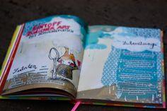 Mein neuestes Kochbuch im Regal ist das fröhlichste von allen. Es ist wie das selbstgeschriebene Kochbuch meiner Kindergartentante, voller Geheimrezepte und kleinen hingekritzelten Sprüchen und lustigen bunten Zeichnungen und... ach guckts euch selbst an