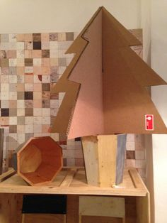 Llegan las fiestas en Roomservice Design Gallery. Detalle, diseños de Piet Hein Eek con árbol. ÁRBOL, PHOTO y MONTAJE: Anna cortada