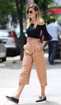 Street style look com flat. As flats de bico fino são ótimas pedida para um look simples e sofisticado, como esse de calça bege e blusa ciganinha de boca larga.