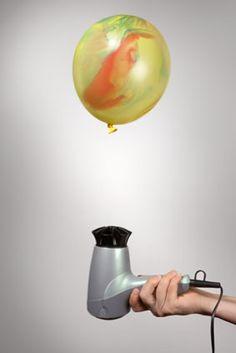 Experimente für Kinder: Für diesen Versuch brauchen Sie einen Luftballon und einen Föhn. Lassen Sie Ihr Kind den Luftballon aufblasen und knoten sie ihn gut zu. Die warme Luft aus dem Föhn lässt den Luftballon schweben. Das Prinzip beim Segelfliegen ist ähnlich. Warme Aufwinde lassen den Flieger steigen.