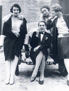 Les Garçonnes (Bibi, Olga Day, Michèle Verly, Paris, avril 1928 // Jacques-Henri Lartigue