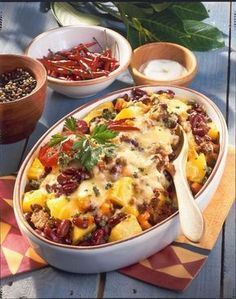 Our popular recipe for chili con carne casserole with potatoes and more than other free recipes on LECKER. Our popular recipe for chili con carne casserole with potatoes and more than other free recipes on LECKER. Chili Recipes, Potato Recipes, Mexican Food Recipes, Dinner Recipes, Clean Eating Recipes, Cooking Recipes, Healthy Recipes, Fingers Food, Popular Recipes