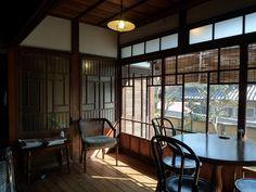 日本を感じられる縁側。もう残る家はごく僅かとなっています。内でもなく外でもない、日本家屋の美しい仕切りの曖昧さを楽しんでみませんか。心がホッと癒される、縁側カフェをご紹介致します。 Old Style House, Japanese Style House, Japanese Modern, Japanese Interior, Japanese Design, Japanese Architecture, Interior Architecture, Interior Decorating, Interior Design