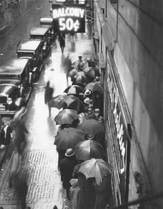"Moviegoers line up for Charlie Chaplin's ""City Lights,"" 1930"
