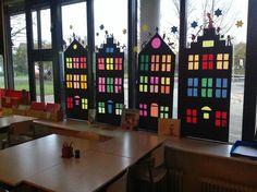 Huizen op het raam, de kinderen maken de Pietjes op de daken.