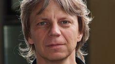 """ANDREAS DRESEN """"Die Gesellschaft braucht dringend Anarchie und Provokation"""" Andreas Dresen hat den Nachwende-Roman """"Als wir träumten"""" verfilmt. Hier spricht er über die Jugend in einer orientierungslosen Zeit, Pegida und Wirtschaftsflüchtlinge. INTERVIEW: WENKE HUSMANN"""