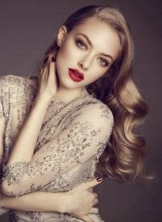 Awesome Bun Hairstyles Ideas We are loving the simple wave and make up on Amanda Seyfried.We are loving the simple wave and make up on Amanda Seyfried. Amanda Seyfried, Beauty Portrait, Female Portrait, Hair Colour For Green Eyes, Hair Color, Color Red, Makeup For Blondes, Actrices Hollywood, Tips Belleza