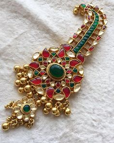Another one of our masterpieces ❤️ Customized this side brooch for a client to be worn with her multi-strand emerald necklace !! #traditionaljewellery #kundanjewellery #southindianjewellery #haram #sidebrooch #emeralds #neckpiece #handcrafted #swetaparikhbespokejewelry