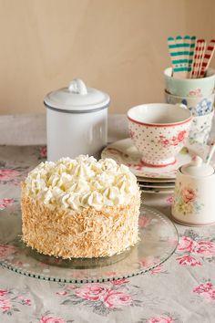 Tarta de piña colada Coconut Cake Decoration, Sweet Recipes, Cake Recipes, Pina Colada Cake, Just Cakes, Drip Cakes, Mini Cakes, Let Them Eat Cake, No Bake Cake