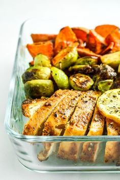 Blackened Chicken Sheet Pan Dinner with Sweet Potatoes – This blackened chicken sheet paýn dinner with sweet potatoes and brussels sprouts is easy, healthy, and quick. Perfect for weeknight dinners and meal prep!