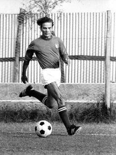 Lo scrittore italiano Pier Paolo Pasolini gioca a calcio a Roma, nel settembre del 1974. (©RomasPress Photo/Lapresse)