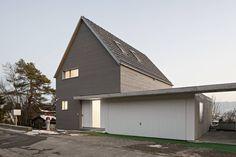 An ein bestehendes Einfamilienhaus aus den 1970er-Jahren wurde auf eine Seite einer Doppelgarage ein Einfamilienhaus errichtet.