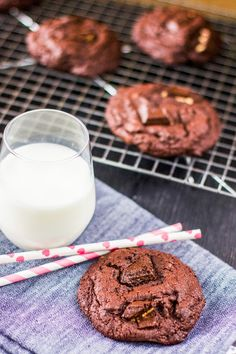 Erittäin suklaiset ja pehmeät suklaakeksit | Pullahiiren leivontanurkka | Bloglovin' No Bake Cookies, Baking Cookies, Something Sweet, Glass Of Milk, Biscuits, Chocolate, Desserts, Photography, Crack Crackers