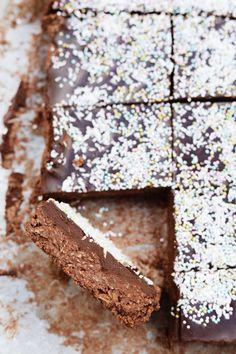 """Havregrynskuglekage med chokoladeganache - ja, du læste rigtigt! En havregrynskuglekage! Jeg fik ideen til at lave denne kage fra min yndlings svenske blogger Frida. I Sverige spiser man nemlig """"chokoladbollar"""", som er svenske havregrynskugler, året rundt. Sweet Recipes, Cake Recipes, Danish Dessert, Cakes And More, Chocolate Cake, Cravings, Sweet Tooth, Bakery, Deserts"""