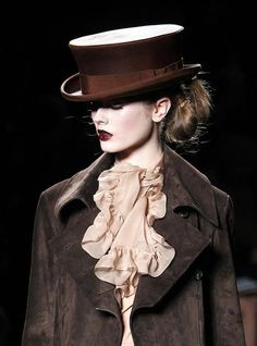 TOP HAT: By John Galliano for Christian Dior.what will it take for me to get a top hat in life! Christian Dior, Dior Fashion, Fashion Beauty, Paris Fashion, Style Fashion, Jhon Galliano, French Fashion, Vintage Fashion, Cat Walk