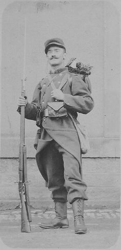French soldier with the proper equipment of the early days of the war. Then he removed the red pants and helmet introduced among other things.