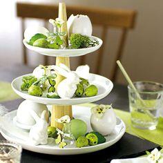 Ein echter Blickfang - dekoriert mit tollen Oster-Artikeln lässt diese Etagere deinen Tisch verzaubern. #Oster #Etagere #Deko