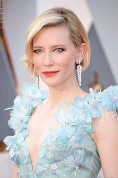Cate Blanchett at the Oscars 2016 Blanchett manages to make her stunning drop earrings in platinum with marquise and round diamonds by Tiffany & Co complement and not compete with her ornate gown. Cate Blanchett Oscar, Cate Blanchett 2016, Celebrity Jewelry, Red Carpet Dresses, Armani Prive, Green Dress, Hair Beauty, Celebs, Glamour