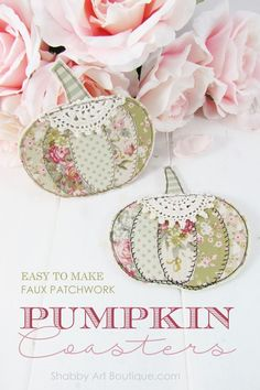 Easy tutorial for making faux patchwork pumpkin coasters. Full step-by-step instructions and template. Finished project in less than an hour. Click now to get full tutorial for Shabby Art Boutique or PIN for later Fall Projects, Sewing Projects, Shabby Chic Fall, Pumpkin Template, Fall Sewing, Fabric Coasters, Fall Quilts, Patchwork Fabric, Fabric Pumpkins