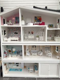 saved for the cute beach house look, and the CATS on the kitchen rug Barbie Dolls Diy, Barbie Doll House, Diy Barbie Furniture, Dollhouse Furniture, Modern Dollhouse, Diy Dollhouse, Doll House Plans, Mini Doll House, Diy Casa