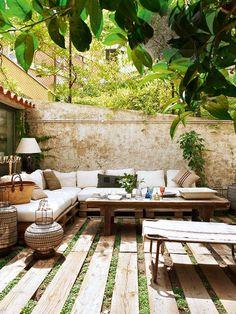 Um terraço muito agradável, que mistura grama e madeira.: