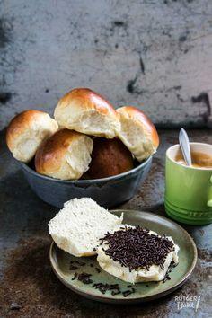 Zachte witte bolletjes bakken - recept - Rutger Bakt Dutch Recipes, Sweet Recipes, Baking Recipes, Cake Recipes, Homemade Buns, Homemade Dinner Rolls, Art Cafe, Croissant Dough, Pan Relleno