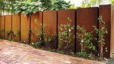 clôture de jardin en acier corten et plantes extérieures