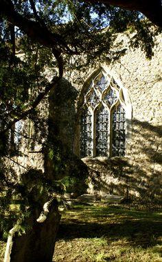 Doorkijkje op een oude Begraafplaats in Graafschap Kent in Engeland