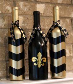 Se trata de un conjunto de tres botellas de vino recicladas (vacíos!). Son hechos y pintados a mano (la flor de lis es vinilo). Me gustaría personalizar sin embargo prefiere.  Envío de tarifa fija de 10 dólares  Si eres local en el área de DFW, estoy encantado de organizar cumplir.  Puedo hacer cualquier escuela, Colegio o equipo profesional