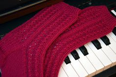 KARDEMUMMAN TALO: Romanttisten sukkien ohjekaaviot Knitting Charts, Knitting Socks, Ravelry, Music Instruments, Diy, Primitive Patterns, Knit Socks, Bricolage, Musical Instruments