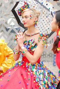 Французская студентка представила платье из Lego