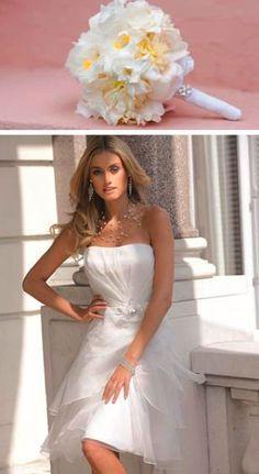 1a98c0fdd1f57b Deze trouwjurk van Ladybird is erg geschikt voor de glamoureuze bruid die  graag een korte trouwjurk