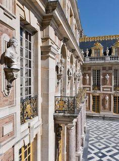 Gilded details of the Chateau de Versailles - Paris-Schloß Versailles - Serie Renaissance Architecture, Baroque Architecture, Beautiful Architecture, Architecture Design, Chateau Versailles, Palace Of Versailles, Louis Xiv, Roi Louis, Luxury Family Holidays