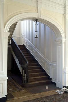 A traditional dark wooden staircase, complete with white panelling and a traditional dark wood banister to go with. Oz Architecture, Entry Stairs, Interior And Exterior, Hall Interior, Interior Stairs, Interior Ideas, Interior Design, Foyer Decorating, Plantation Homes
