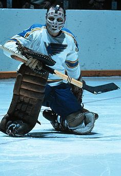 Glenn Hall / St Louis Blues---how was that considered a helmet! Hockey has always been the toughest sport! Stars Hockey, Ice Hockey Teams, Hockey Goalie, St Louis Blues Goalies, Hockey Gloves, Goalie Mask, National Hockey League, Hockey Players, Goalkeeper
