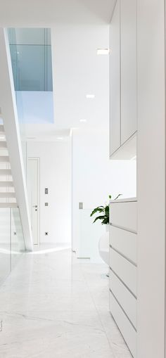 Clean, white, modern decor |  LOLO❤︎
