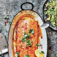 Deze zalm is een ware smaaksensatie door de combinatie van de pittige chili met het zoete van de ahornsiroop. 1 Maal de helft van de knoflook met de chilivlokken, kaneel, mosterd en de helft van de ahornsiroop in een blender tot een glad mengsel....