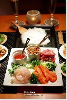 手巻き寿司 Temaki Sushi (Hand Roll Sushi) Help yourself, and enjoy! Japanese Food Sushi, Japanese Street Food, Japanese Dishes, Sushi Recipes, Asian Recipes, Kawaii Cooking, Sashimi Sushi, Happy Foods, Korean Food