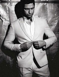 O boy magia Gerard Butler no blog vem ver o Editorial que ele fez para a L'Uomo Vogue http://www.figurinosdesucesso.com.br/2013/01/gerard-butler-para-luomo-vogue-janeiro.html