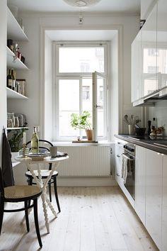 Jestli potřebujete držet rozpočet na uzdě. Nemusíte hned nakupovat plno skříněk. Police poslouží jako úložný prostor také skvěle a perfektně zabydlí prázdnou stěnu, Foto: Interiorholic.com