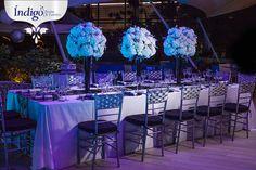 Boda en plata, negro y blanco. Centros de mesa en copa negra, con flores blancas y apliques plateados, ilumicanion luces led lila. #Boda #DecoraciónBoda #BodaÍndigo.  www.indigobodasyeventos.com