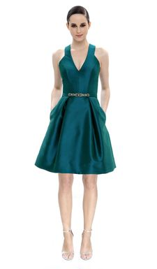 Surpreenda todos neste arrojado vestido verde de Theia Couture. Complete o seu look com jóias delicadas.