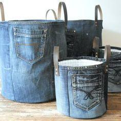 Grote opbergmand gemaakt uit de mooiste stukken van een oude jeans! In deze multifunctionele mand past echt van alles. Of hij nou gebruikt wordt als opbergplek voor al het speelgoed in de woonkamer of als wasmand, hij zal je interieur een stoer fris uiterlijk geven. Maat: hoogte 26 cm / doorsnede 22 cm Stof is voorzien van verstevigde laag om de vorm te behouden, voering 100 % katoen in klein blauw / wit patroon. Handvaten in donderbruin dik leer. Zou je graag een andere kleur wil...