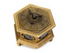 Höhe: 6,5 cm. Breite: 11 cm. Süddeutschland, 17./ 18. Jahrhundert. WERK Gehwerk mit Kette und Schnecke. Schlagwerk auf Glocke. FUNKTIONEN Stunden- und...