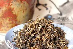An intensely rich velvety tea with creamy caco notes, wafting cedarwood, and a spicy undertone