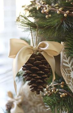Pinecone Christmas Decor. Christmas tree with pinecones. Via Belgian Pearls.