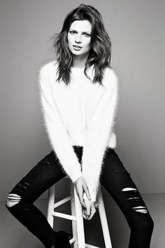 Black and white outfit / white fluffy sweater / black ripped jeans Fluffy Sweater, Angora Sweater, Diesel Punk, Fashion Moda, I Love Fashion, Fashion Trends, White Fashion, Psychobilly, Black And White Outfit