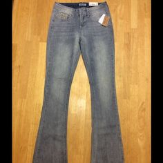 "NWT Mudd Jeans New with Tag Light wash Mudd Low rise,Skinny, Bootcut nJeans Inseam 31"". Will consider any reasonable offers Mudd Jeans Skinny"