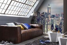 canapé en cuir marron, tables basses blanches de design géométrique et un poster…